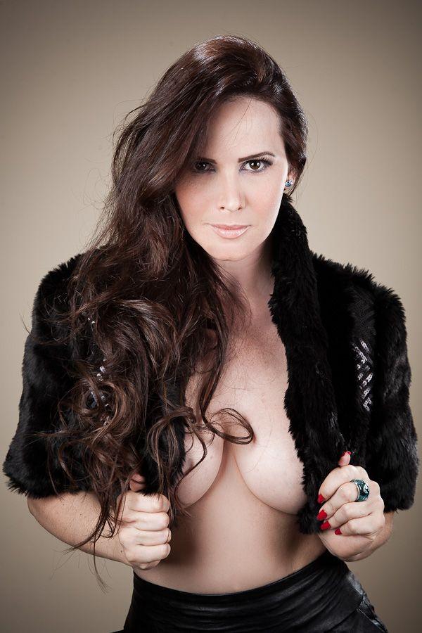 Coelhinha da Playboy posa para revista e quase mostra os seios