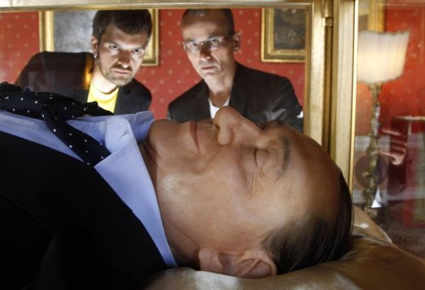 Estátua de Berlusconi no Palazzo Ferrajoli gera polêmica na Itália
