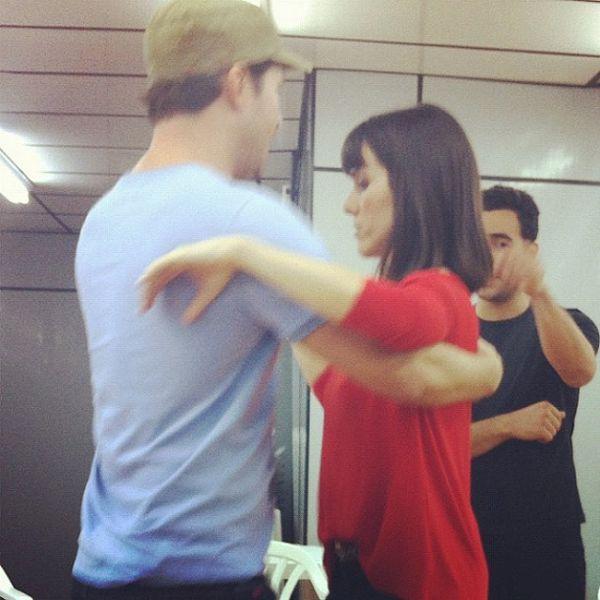 Fernanda Pontes treina dança com Erik Marmo e pisa no pé do ator