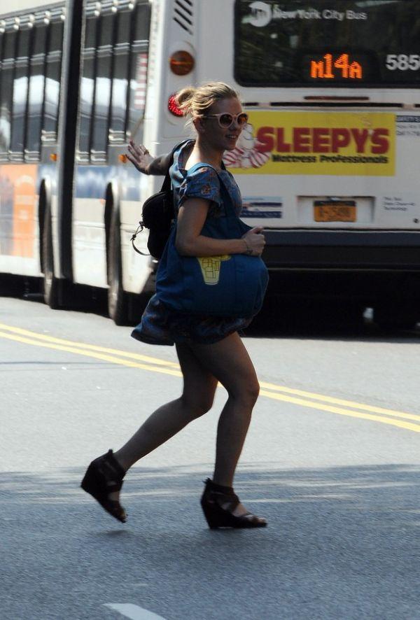 Scarlett Johansson corre para pegar táxi e quase mostra demais