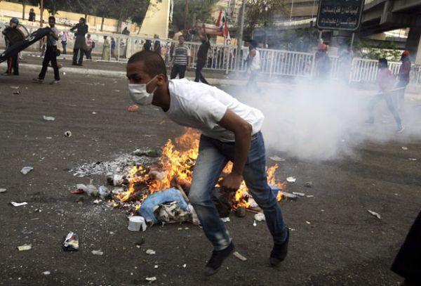 Militares impõem toque de recolher no Egito após confrontos de rua
