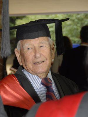 Próximo de completar 100 anos australiano termina mestrado