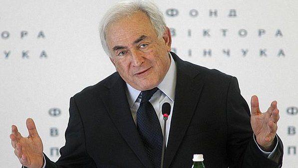 Prostituta acusa Strauss-Kahn, chefe da FMI, de estupro coletivo