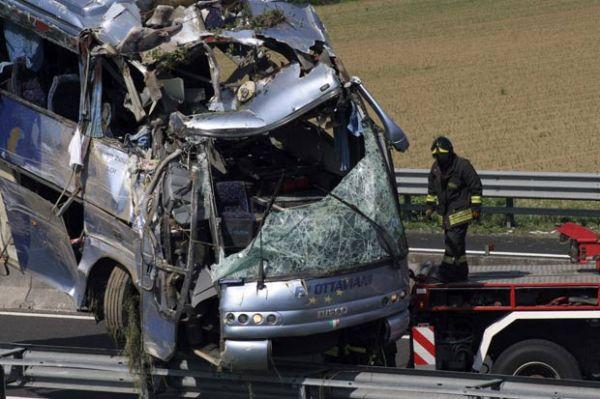 Ônibus despenca em canal e pelo menos seis morrem, na Itália