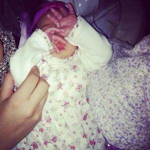 Em foto, Perlla mostra pela primeira vez o rosto da filha Pérola