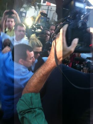 Após prestar depoimento sobre fotos, Dieckmann deixa delegacia no Rio
