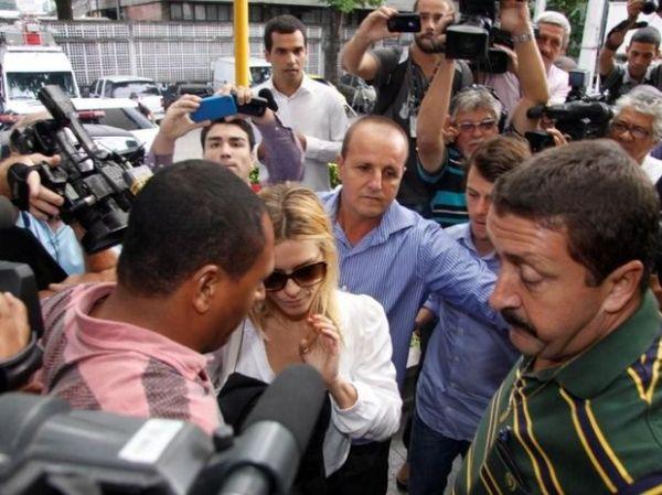 Carolina Dieckmann vai a delegacia no Rio para depor sobre vazamento de fotos íntimas