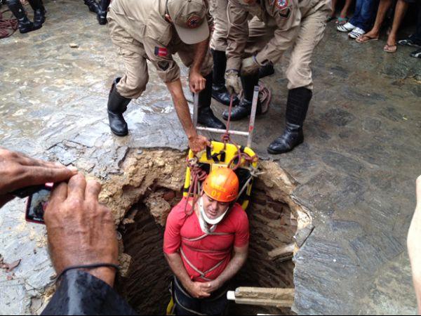 Cimento cede e duas pessoas caem com uma moto em fossa na Paraíba