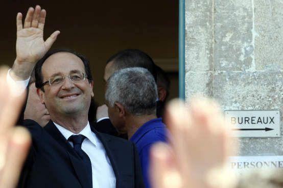 França: Hollande se diz a favor do casamento gay e da eutanásia