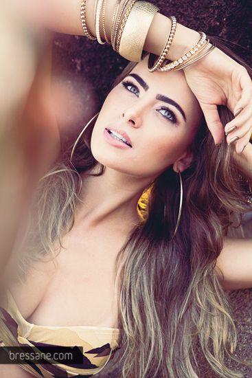 Namorada do cantor Latino posa sensual para revista
