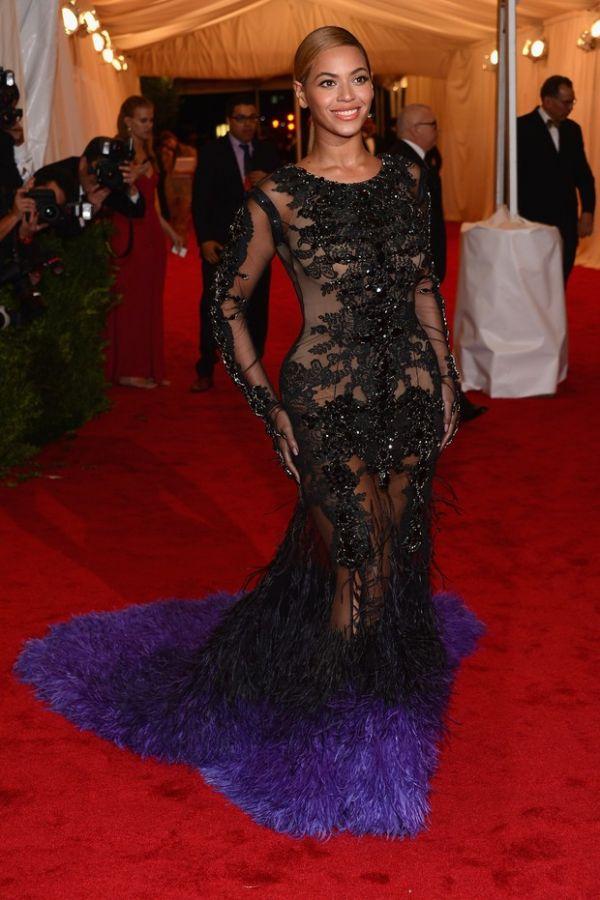 Quatro meses após dar à luz Beyoncé exibe corpão em evento