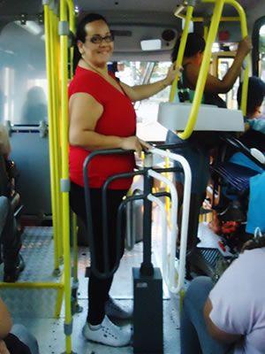 Jovem perde 56 kg e volta a passar em roleta de ônibus: