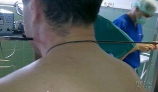 Russo sobrevive após flecha perdida atravessar seu pescoço em parque