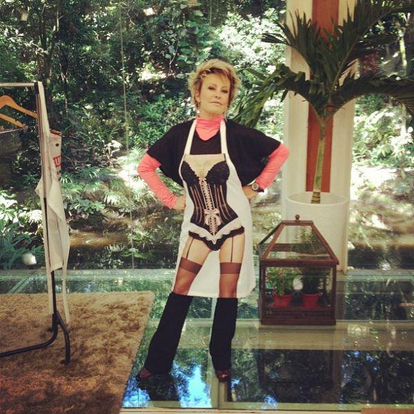 Usando avental ousado Ana Maria Braga exibe corpão