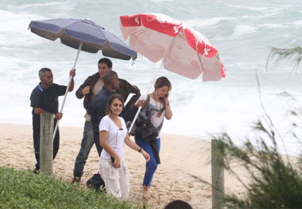 Leandra Leal e Ricardo Tozzi gravam cenas românticas na praia
