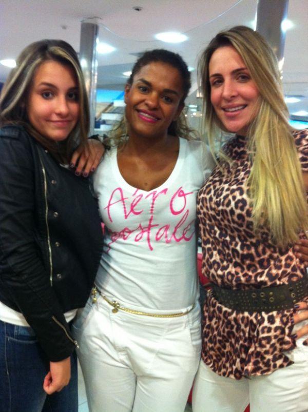 Joana Machado e a filha de 12 anos clareiam o cabelo