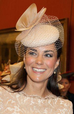 Kate Middleton chama atenção com brincos de pérolas falsas