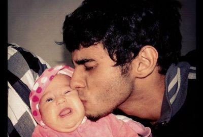 Perlla beija a filha em foto no Twitter: