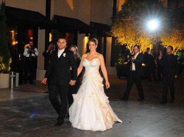 Vestido de casamento da Samambaia realça seios e