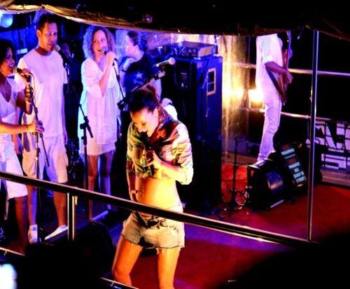 Cantora Cláudia Leitte exibe barrigão durante micareta