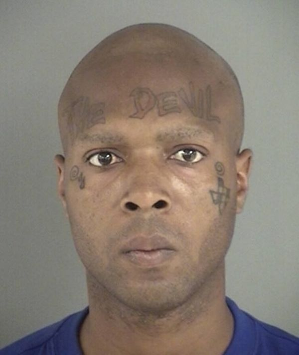 Preso bêbado, americano chama atenção por tatuagem bizarra na testa