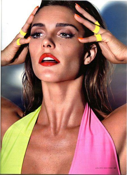 Fernanda Lima posa sexy e diz que prática de ioga a ajuda a manter o abdômen chapado