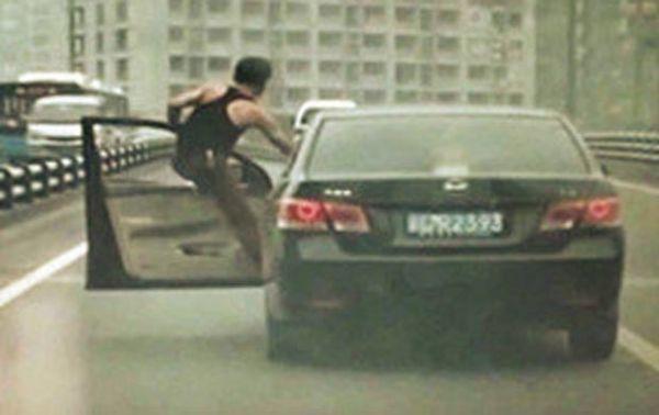 Motorista é flagrado dirigindo do lado de fora do carro na China