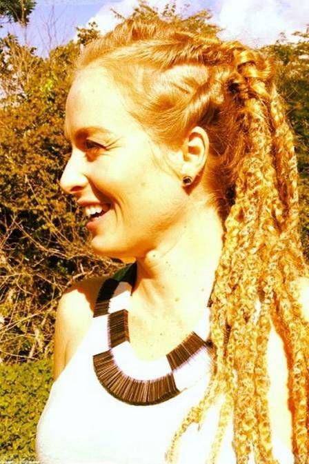 Na Bahia, Angélica adere ao look rastafári e posa com dreads no cabelo