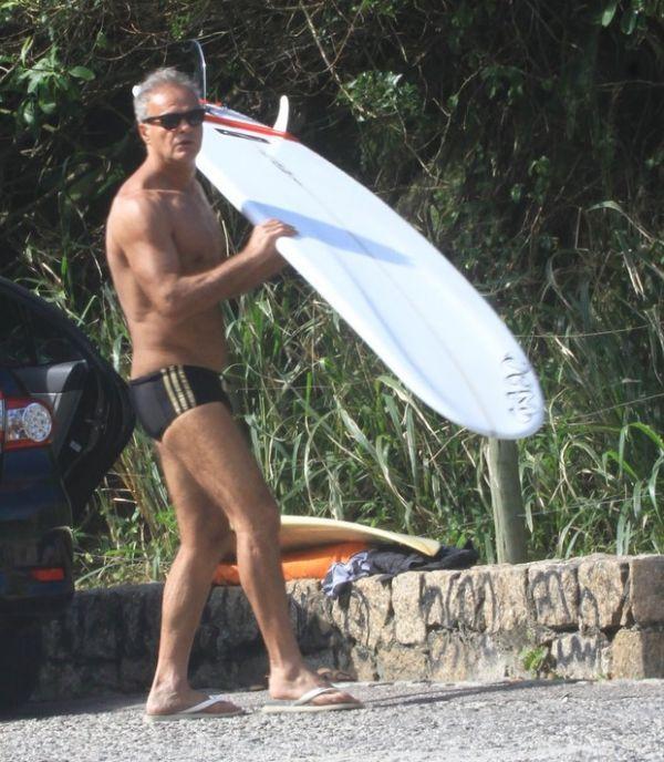 Aos 59 anos, Kadu Moliterno vai à praia no Rio e mostra boa forma