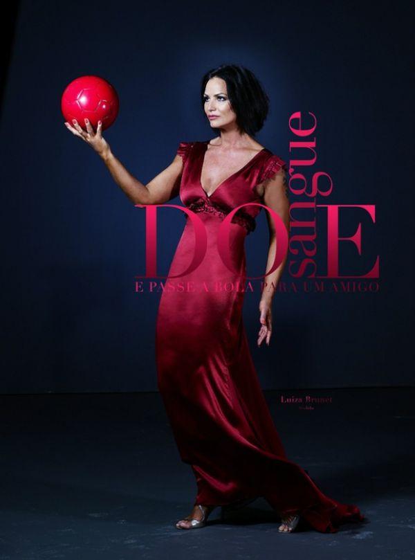 Glamourosa, Luiza Brunet incentiva a doação de sangue no Twitter