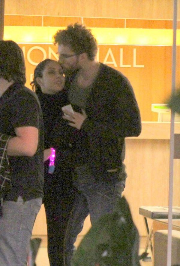 Recuperado, Thiago Fragoso beija a mulher durante passeio