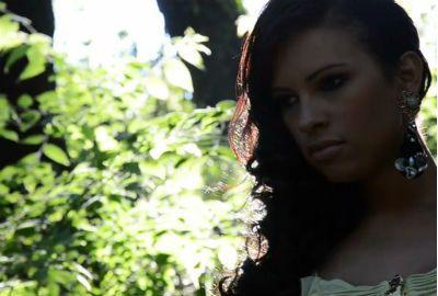 Ariadna estrela vídeo de campanha para a grife do noivo italiano
