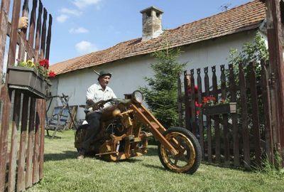 Húngaro com sobrenome famoso cria moto feita de madeira
