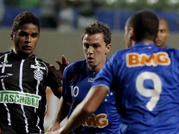 Com golaço de W. Paulista, Cruzeiro bate Figueirense e é vice-líder