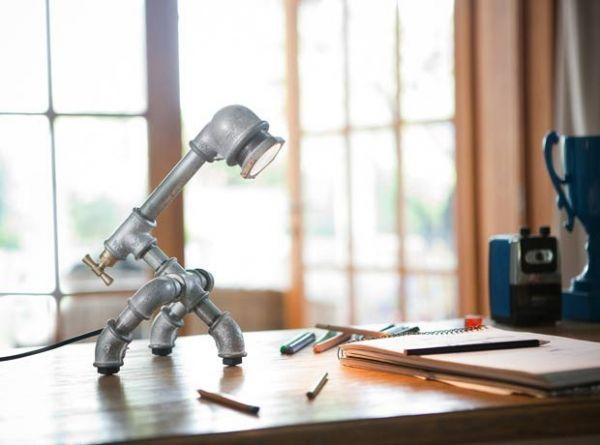 Empresa transforma peças de encanamento em luminárias de mesa