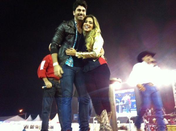 Uau! Rodrigão pede Adriana em casamento em arena de rodeio