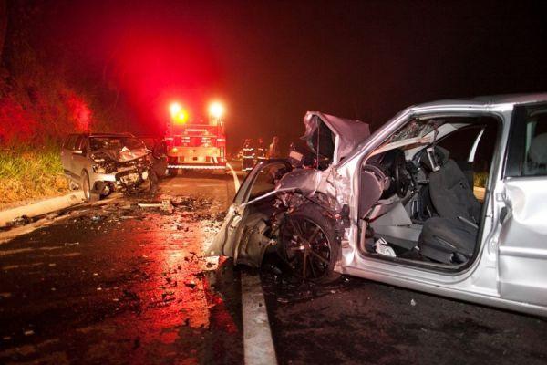 Acidente grave envolvendo três carros deixa 7 pessoas feridas