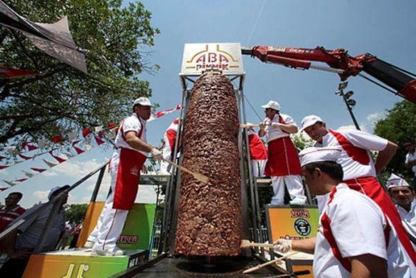 Maior churrasco grego do mundo leva mais de 1 tonelada de carne