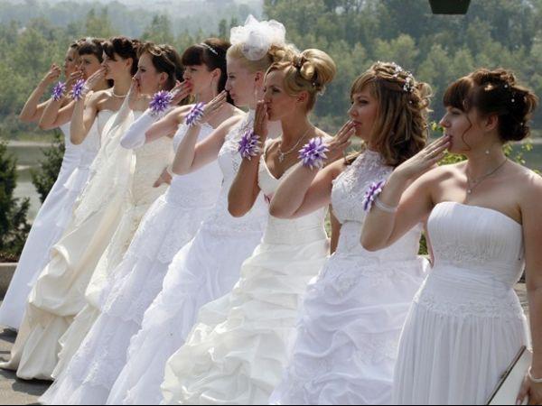 Mulheres usam vestidos de noiva e revivem casamento em festival