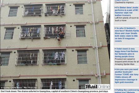 Chinês ameaça jogar a filha de 3 anos da janela do sexto andar
