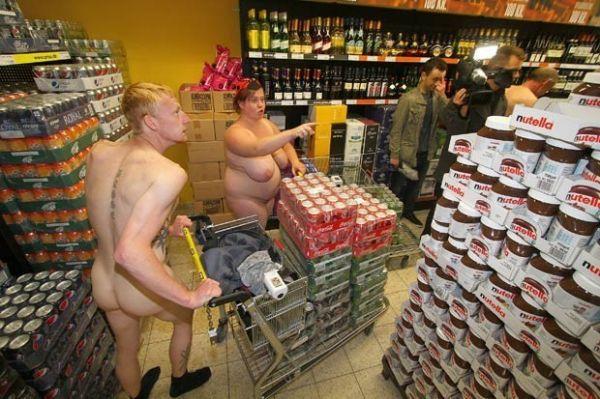 Mercado alemão atrai dezenas após oferecer produtos grátis a clientes nus