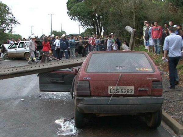 Poste cai sobre carro estacionado e mata passageira de 16 anos