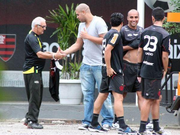Adriano segue tratamento no Fla, mas diretoria pode pressionar