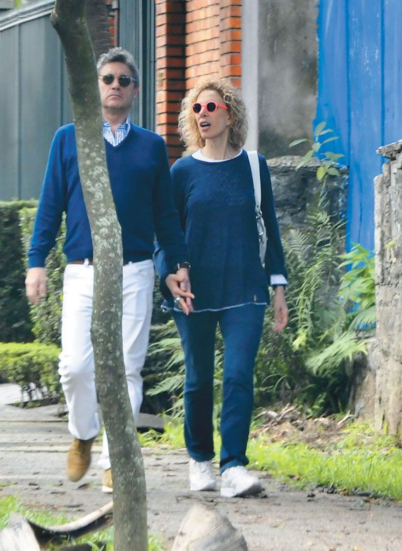 Marília Gabriela é flagrada com novo namorado durante passeio