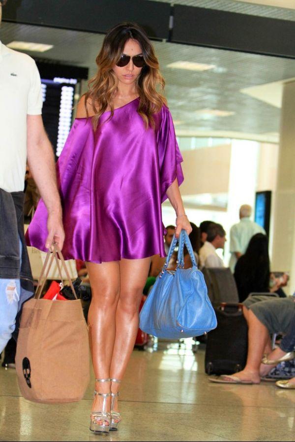 Sabrina Sato exibe os pernões em modelito nada básico