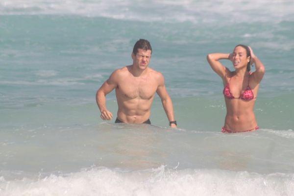 Gêmeas do nado vão à praia com namorados e mostram boa forma