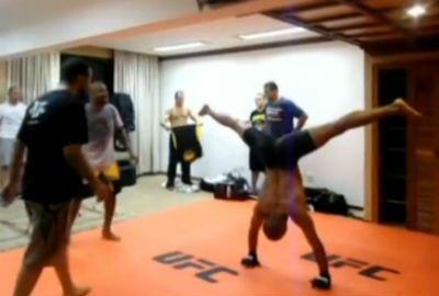 Com cantoria e capoeira, estrelas do UFC 147 fazem treino descontraído