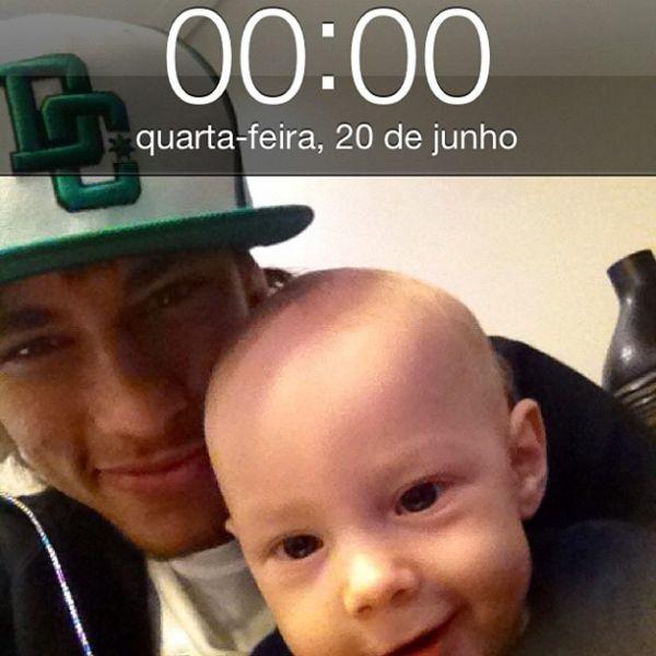Filho de Neymar exibe 1º dente e