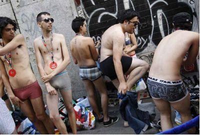 Clientes ficam de roupa íntima para aproveitar promoção na Espanha