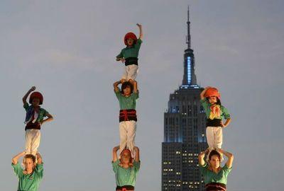 Por recorde, grupo espanhol faz torre humana com oito níveis em NY